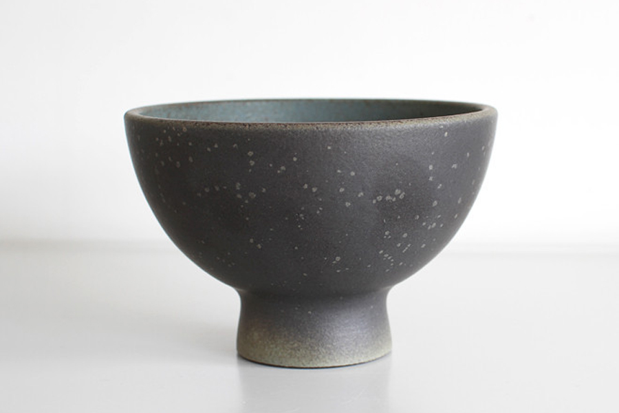 Dark Blue Pot by Misa Kumabuchi. Photo via OEN.